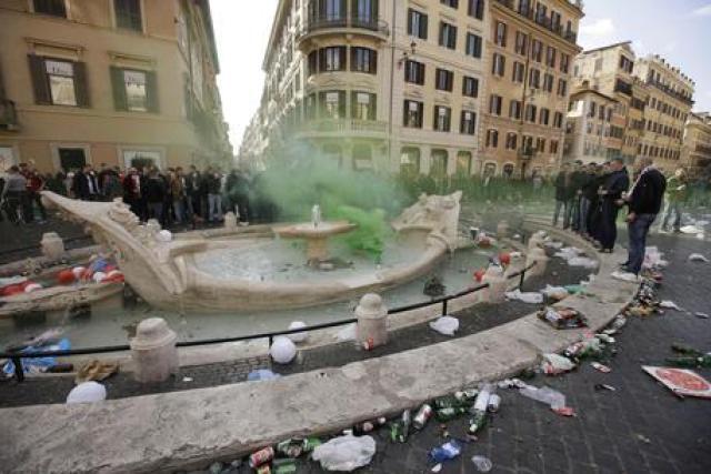 Tifosi Feyenoord a Roma, danni impuniti. Autorità non sono riuscite a individuare i responsabili..in italia tutti possono fare tutto?