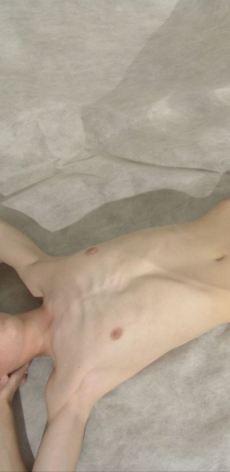 ¿que opinas de este chico crees que esta flaco o a si esta bien?