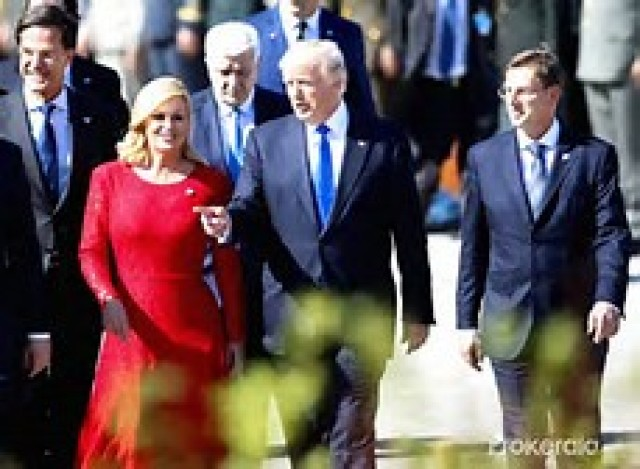 Comment trouvez- vous la femme en robe rouge... Emmanuel Macron lui est tombé sous le charme...mais chut il ne faut pas que ça s' ébruite?