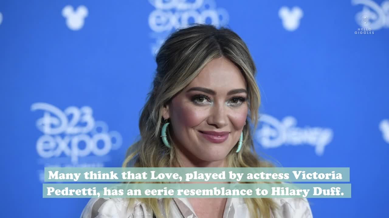 You Fans Think Victoria Pedretti And Hilary Duff Are Celebrity Twins And It S So Eerie
