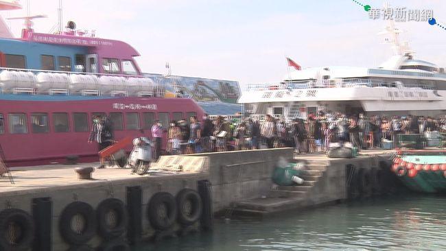 疫情衝擊國旅熱 大批遊客湧綠島.蘭嶼