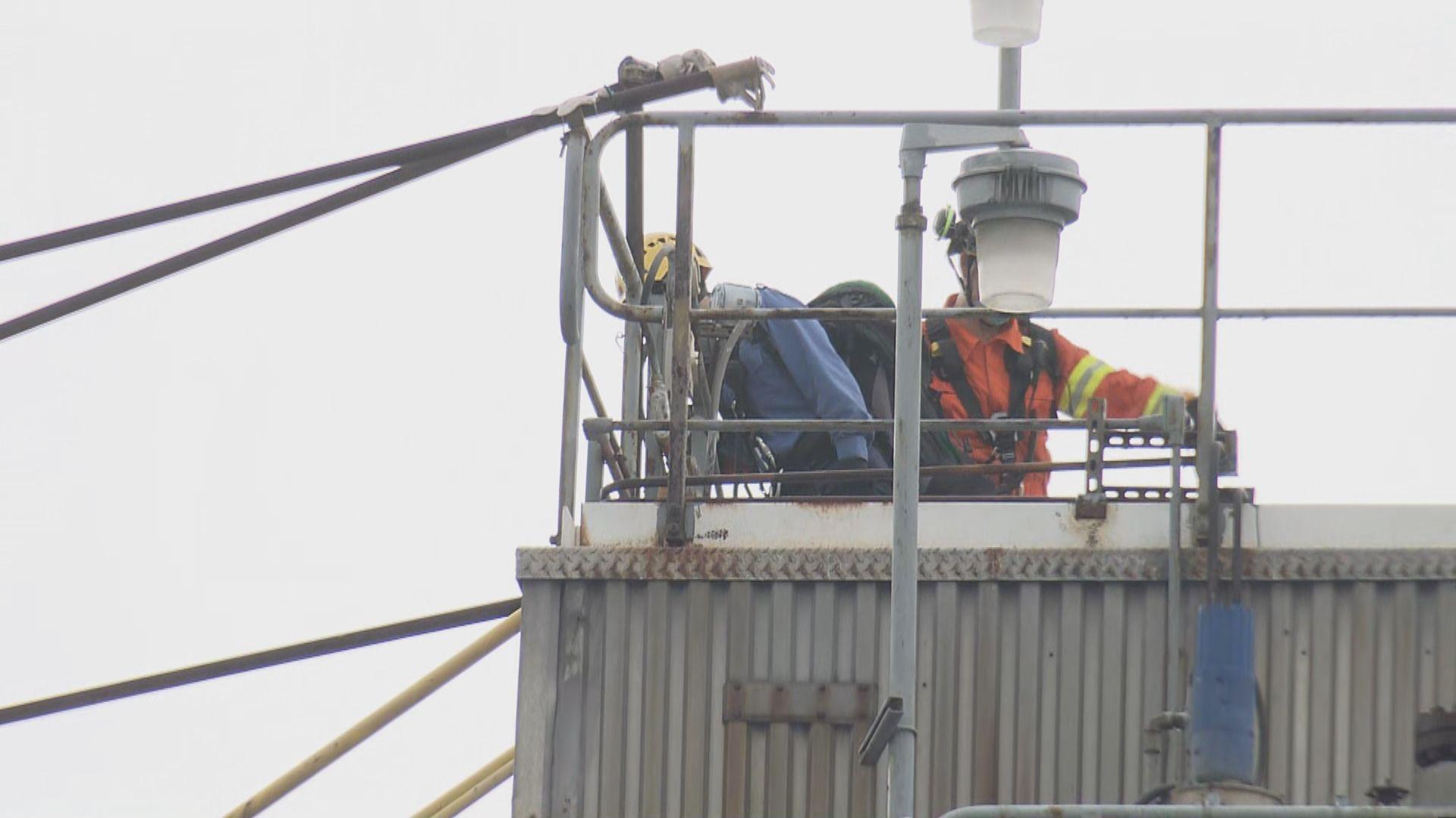 消防處派出近百名人員處理青衣金屬支架倒塌事件