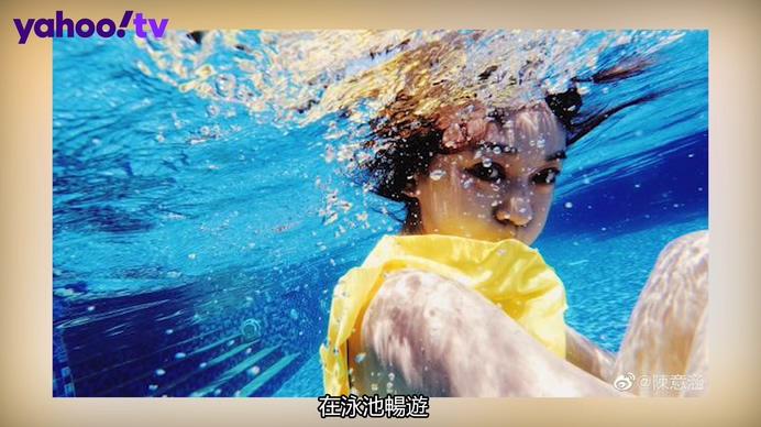 陳意涵夏日避暑躲水裡 穿亮黃泳衣大眼靈動很少女