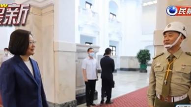 邰智源挑戰1日府憲兵 總統:今天憲兵胖一點