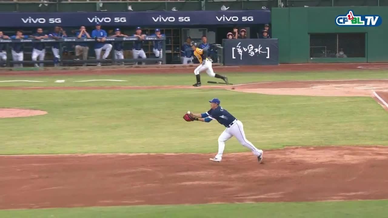 蔣智賢面對強勁滾地球 雖有小失手但仍補救成功抓到打者 20201003