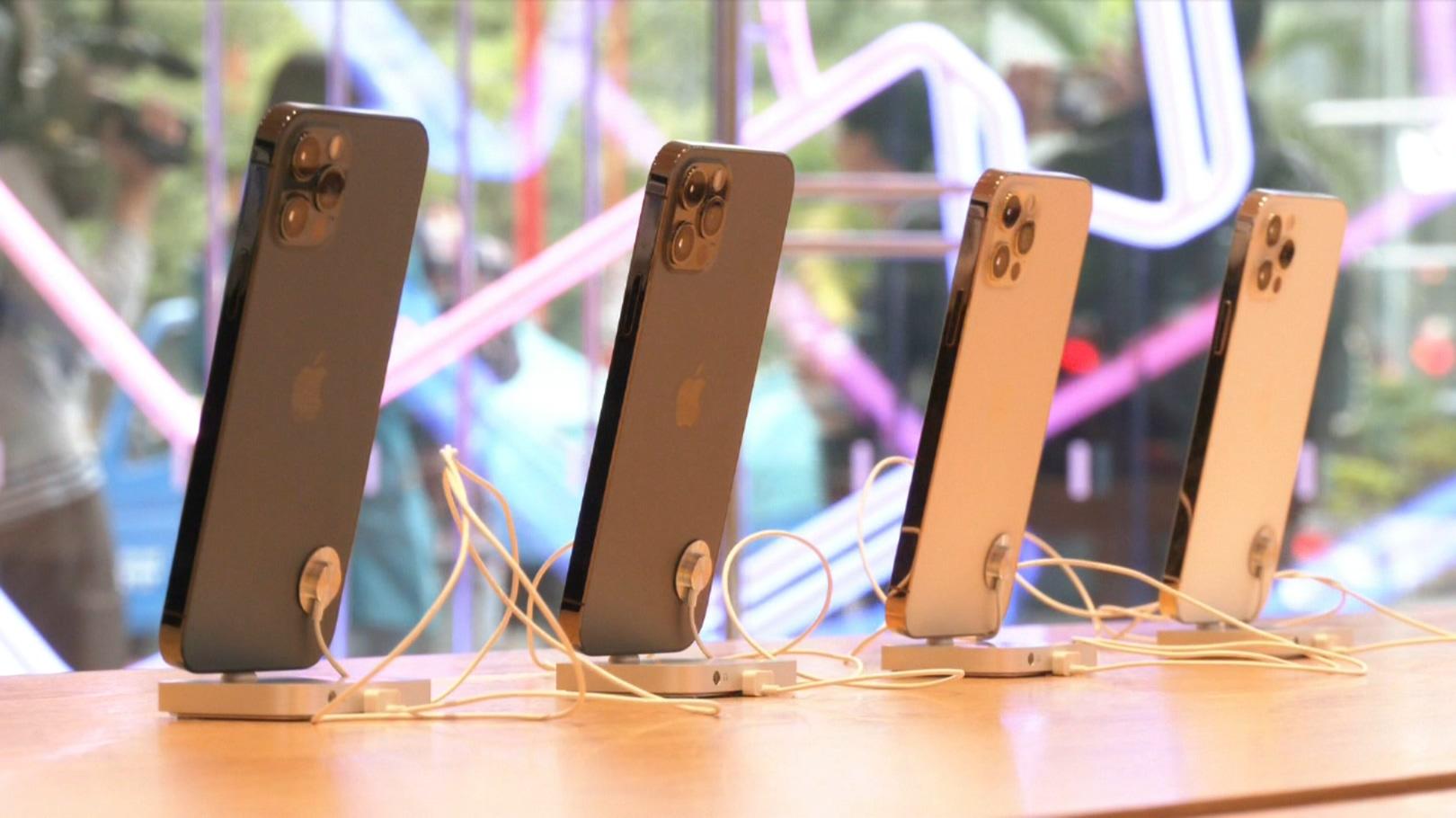 iPhone12開賣!電信業祭優惠搶客!果粉五天漏夜排