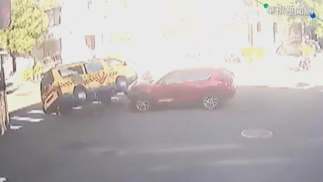 休旅車疑闖紅燈 撞翻娃娃車4人受傷