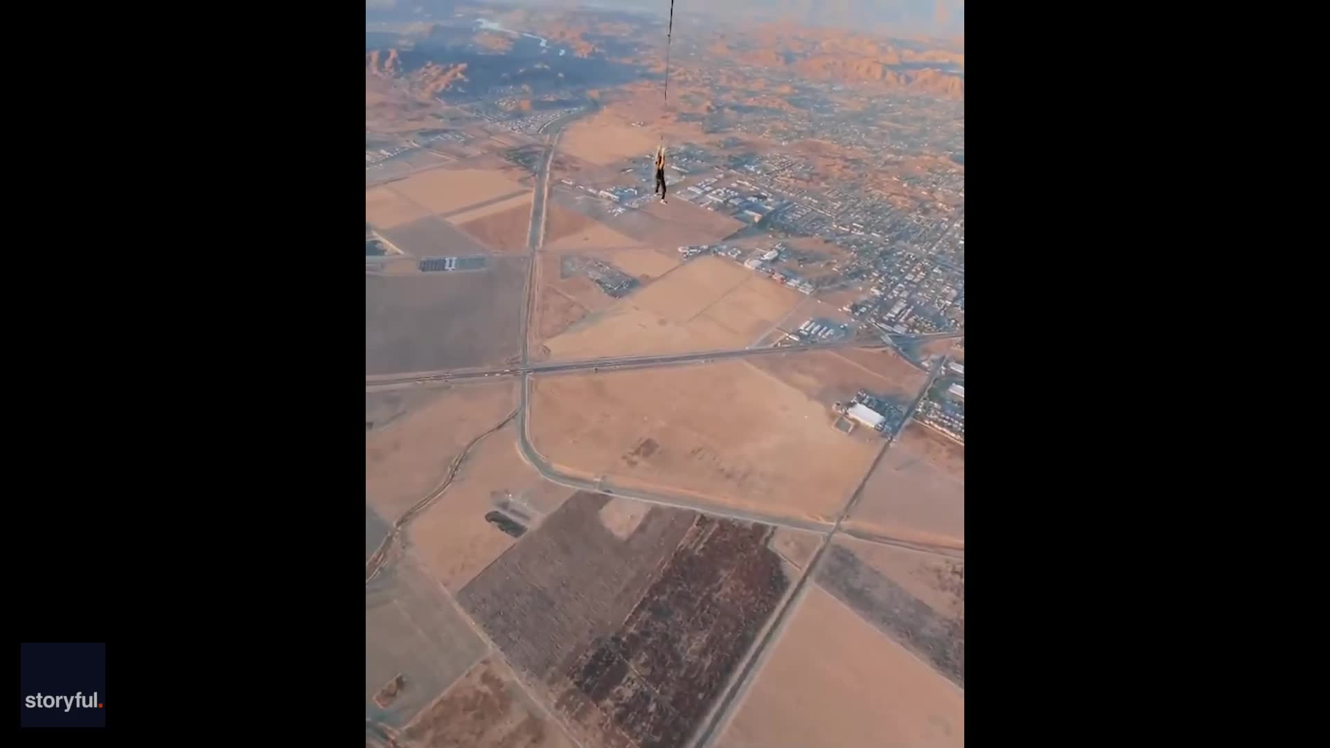 uk.news.yahoo.com: 'See Ya!': Skydiver Makes Swinging Departure From Hot-Air Balloon Over California