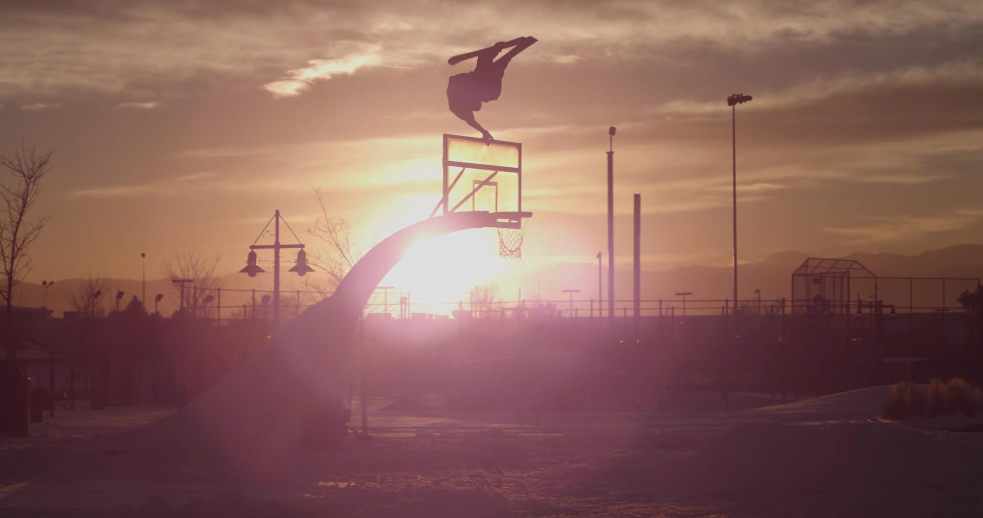 uk.news.yahoo.com: Guy Skis Over Basketball Pole And Lands Perfectly