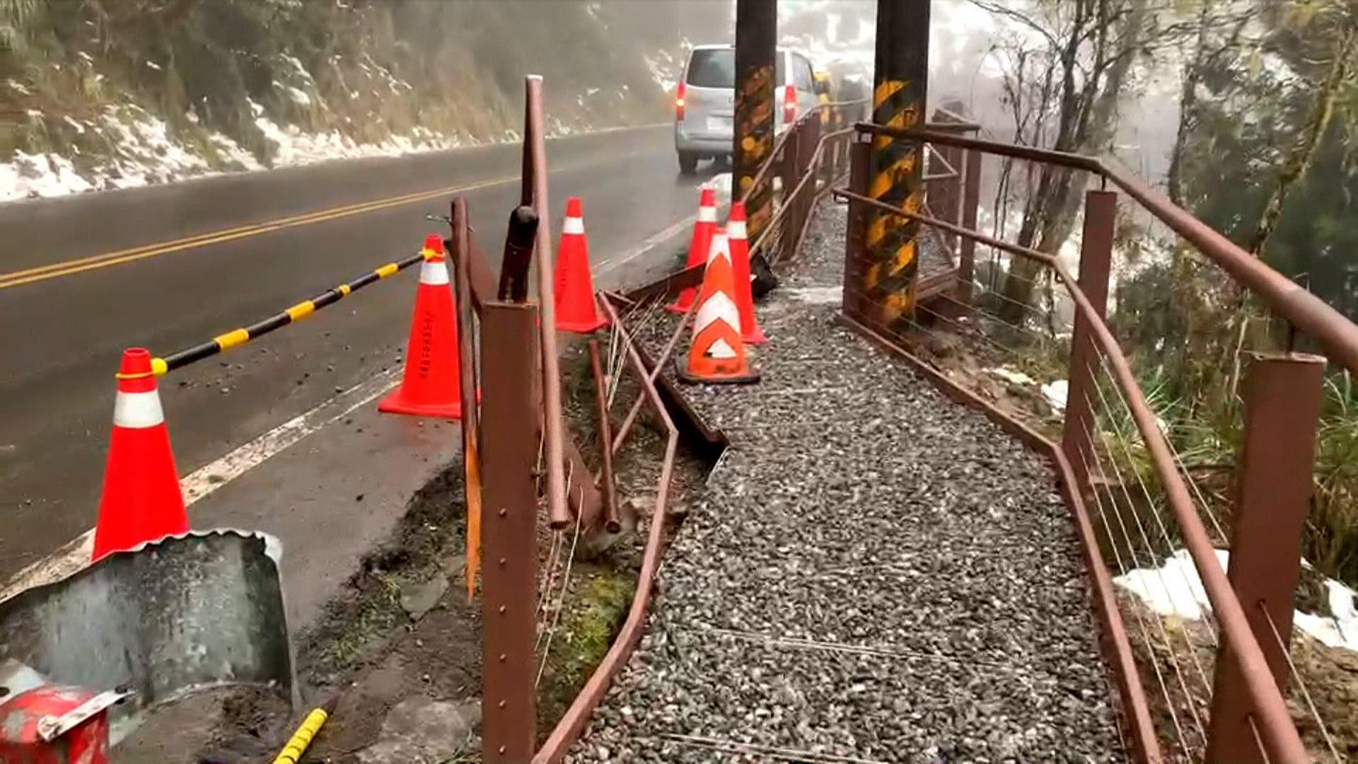 才啟用半月...太平山追雪災情 遊客車撞壞「觀雲棧道」