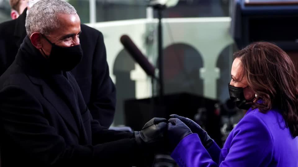 uk.news.yahoo.com: Former presidents bump fists, elbows at inauguration