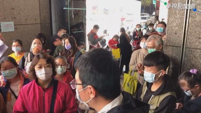 搶買防疫保單 台南西門路前大排長龍