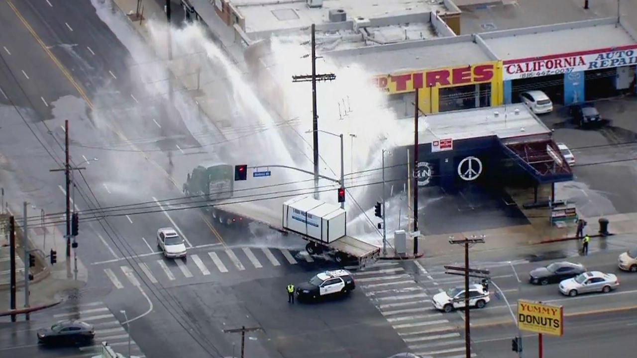 uk.news.yahoo.com: Giant geyser erupts in Los Angeles
