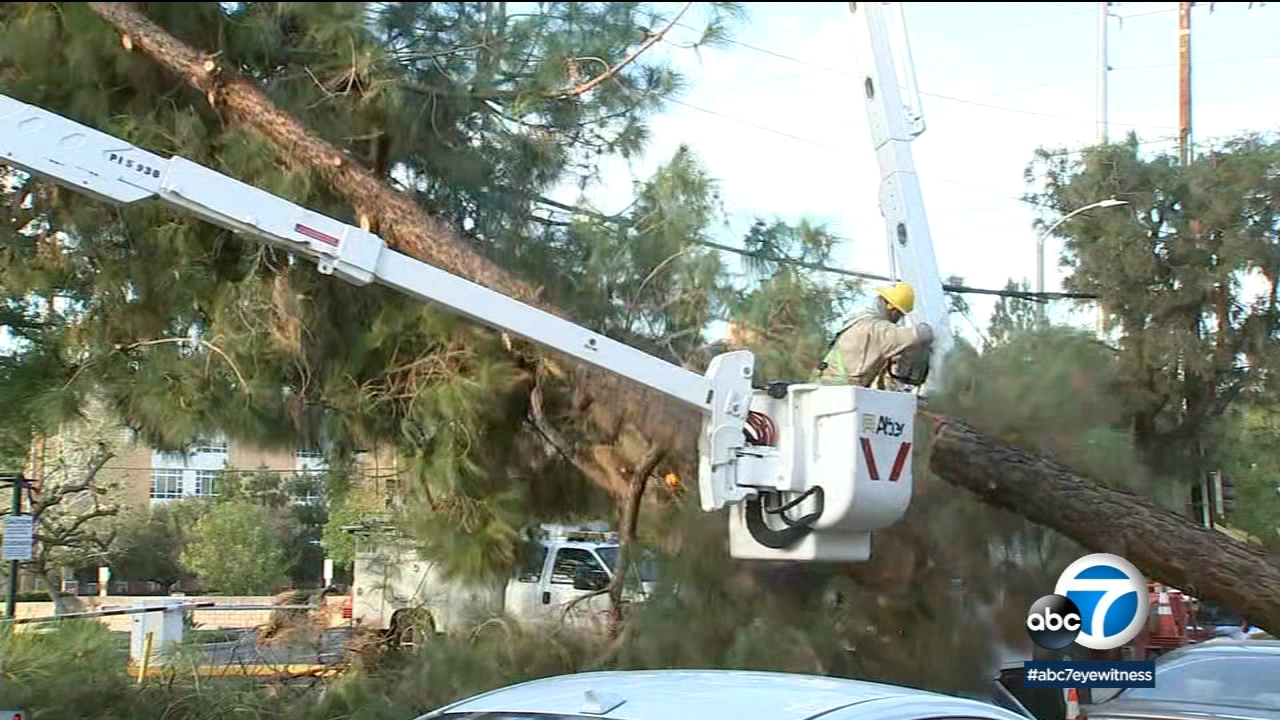 news.yahoo.com: Powerful winds topple trees, dining tents across San Fernando Valley