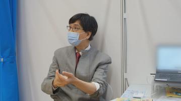 【自己疫苗自己打】袁國勇親自接種復必泰疫苗 盼身體力行鼓勵公眾注射