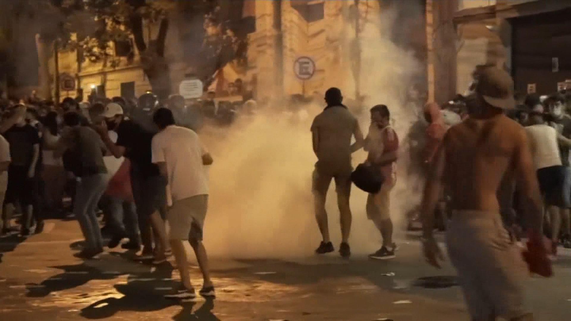 巴拉圭防疫不力 民怒擲石、警催淚彈鎮壓! 首都淪戰場