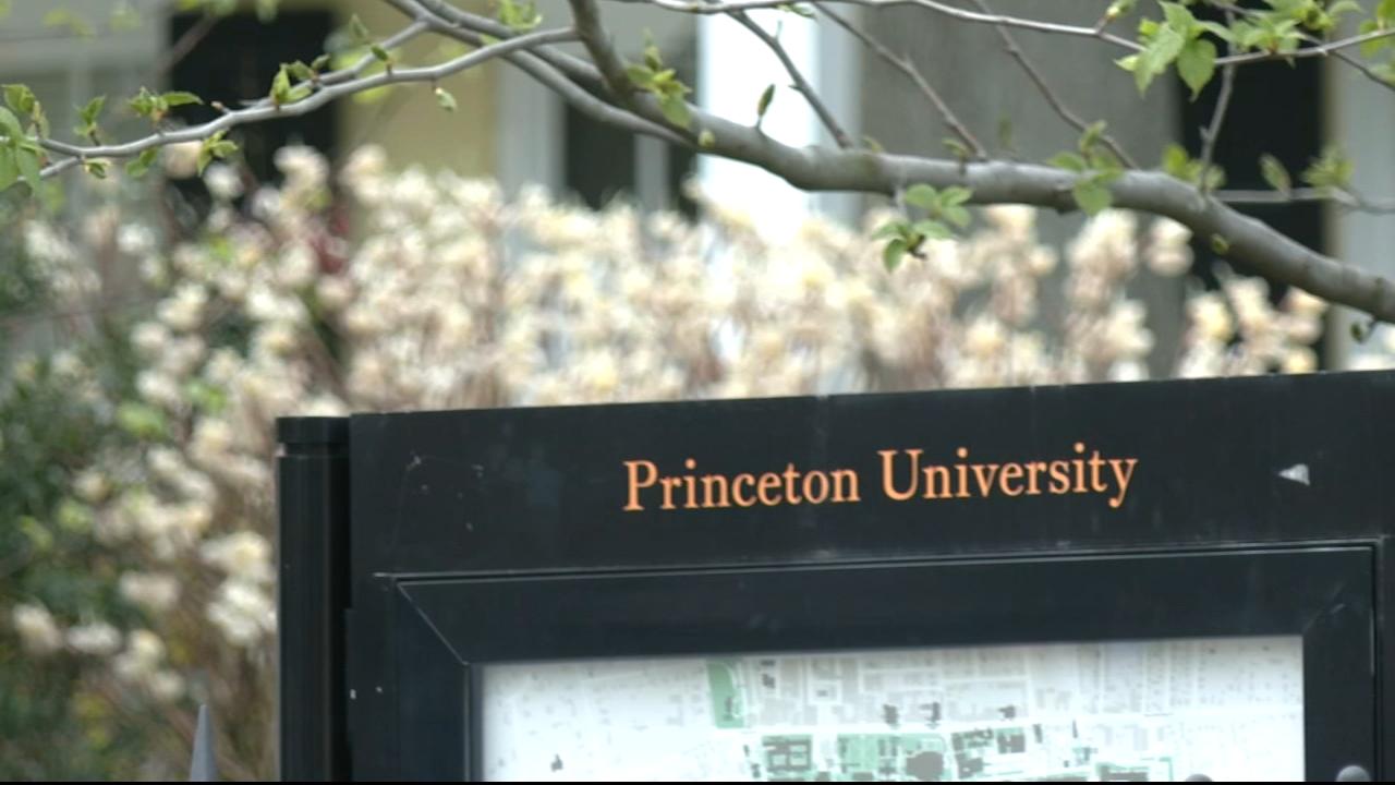 news.yahoo.com: 3 Princeton University students robbed at gunpoint on campus