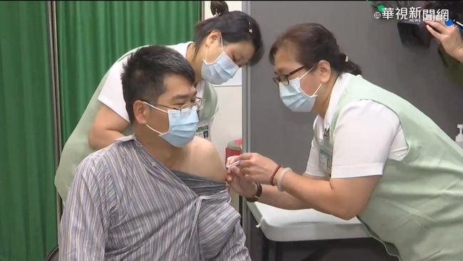 AZ疫苗自費打首日 亞東醫院估160人接種