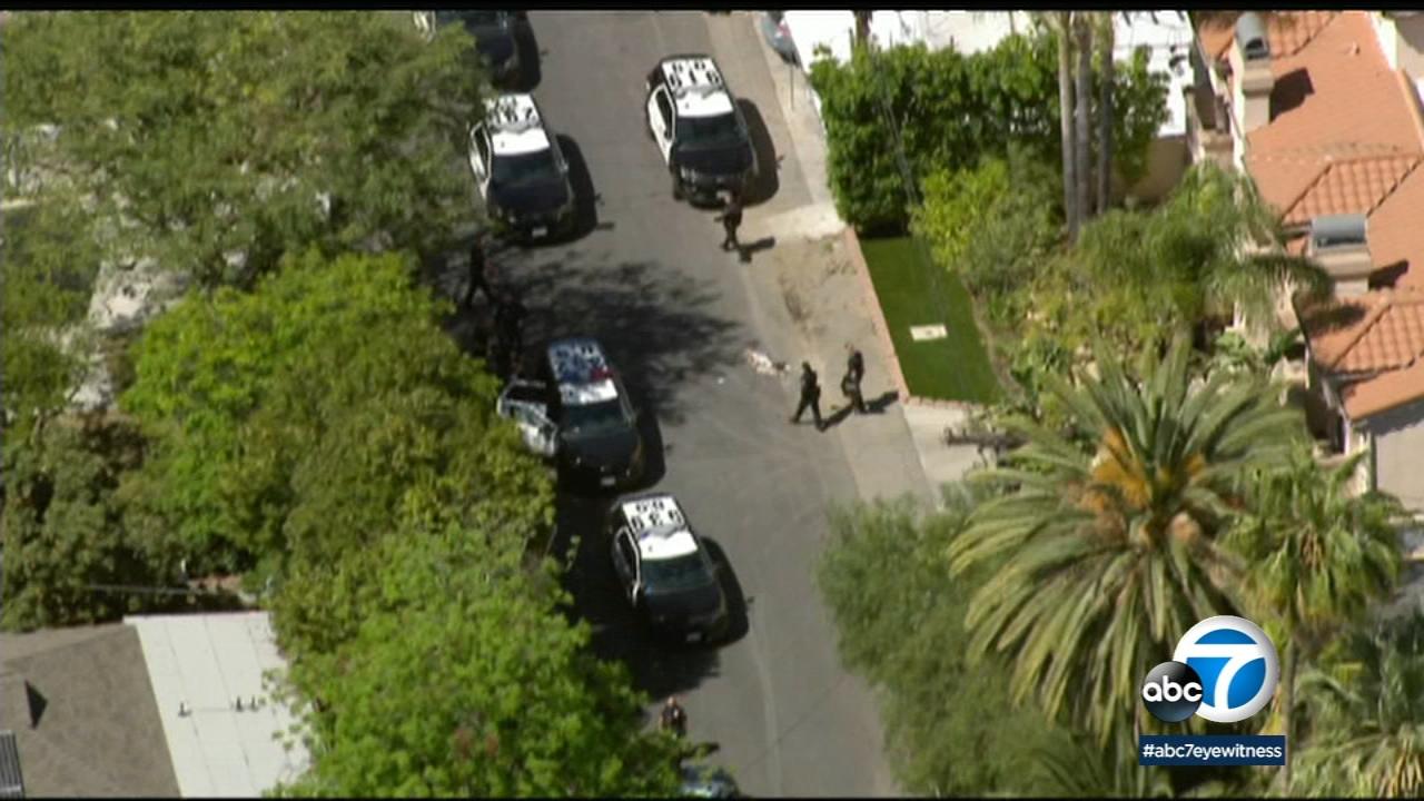 news.yahoo.com: Off-duty LAPD officer shot in Sherman Oaks
