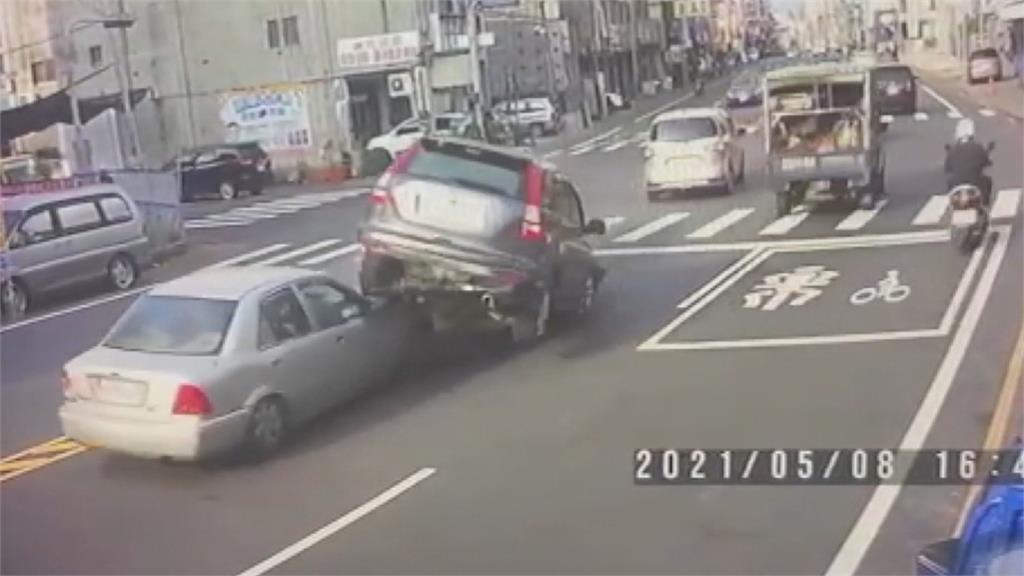 休旅車疑恍神逆向1撞3 現場車輛疊羅漢