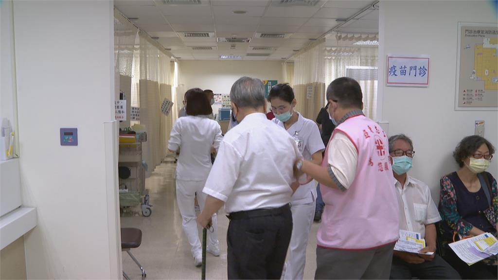 證實進入社區感染 民眾搶打疫苗 醫院塞爆