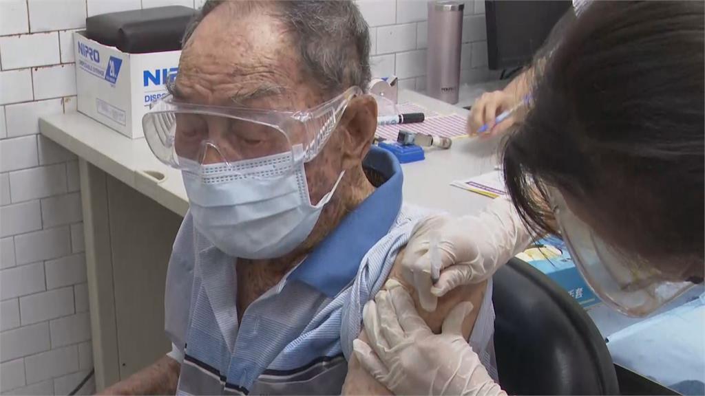 高雄開放長者施打疫苗 現場「人擠人」陳其邁急勸