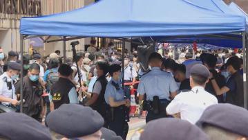 大批警員在銅鑼灣戒備 有人展示示威標語被帶走