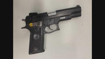 警方於銅鑼灣旺角戒備 一名男子涉藏有仿製槍械被捕