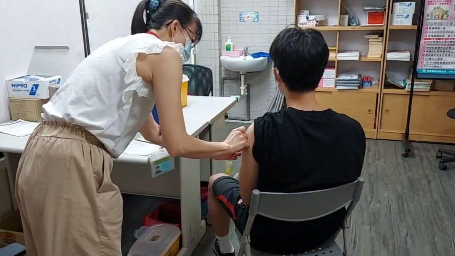 多縣市暫停打疫苗! 配給量趕不上預約 民眾質疑:強迫打高端?