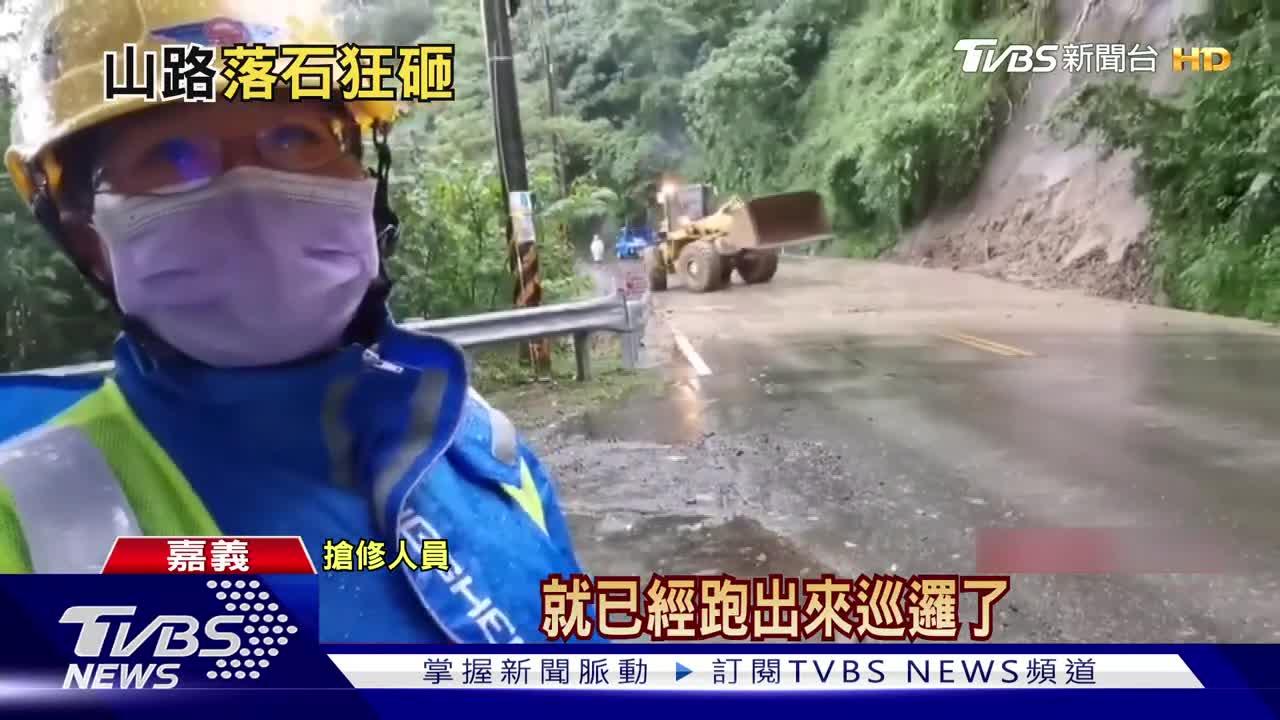 阿里山豪雨狂下!公路多處坍方 8旬翁「冒雨移落石」