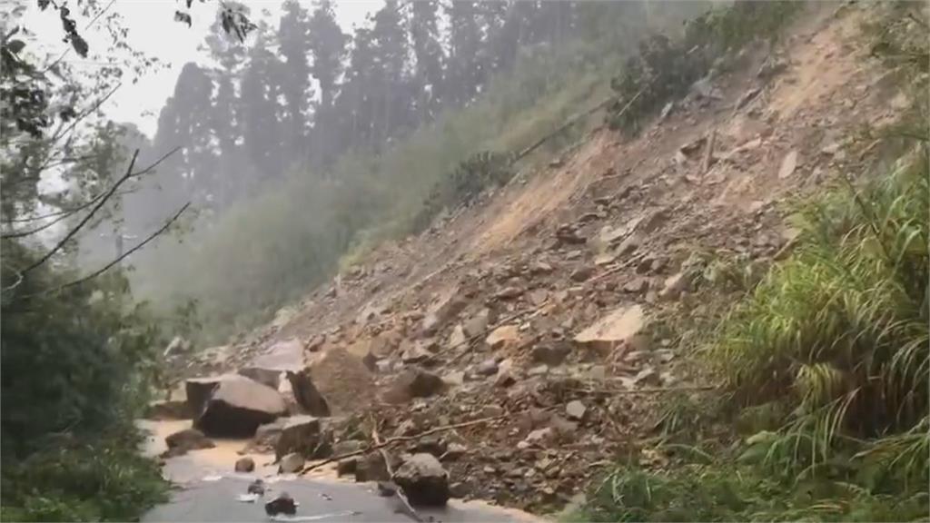 暴雨重創! 阿里山道路崩塌中斷 逾10人困活動中心