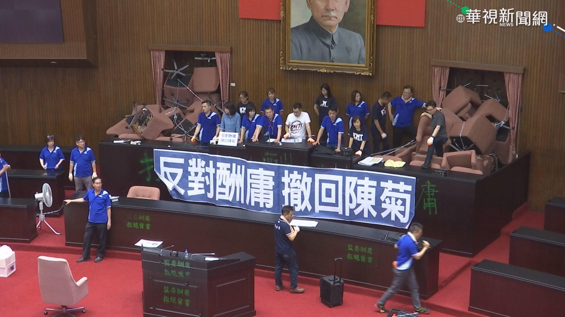 """藍營抗議留滿地紙鈔 綠委嗆""""敢做不敢當"""""""