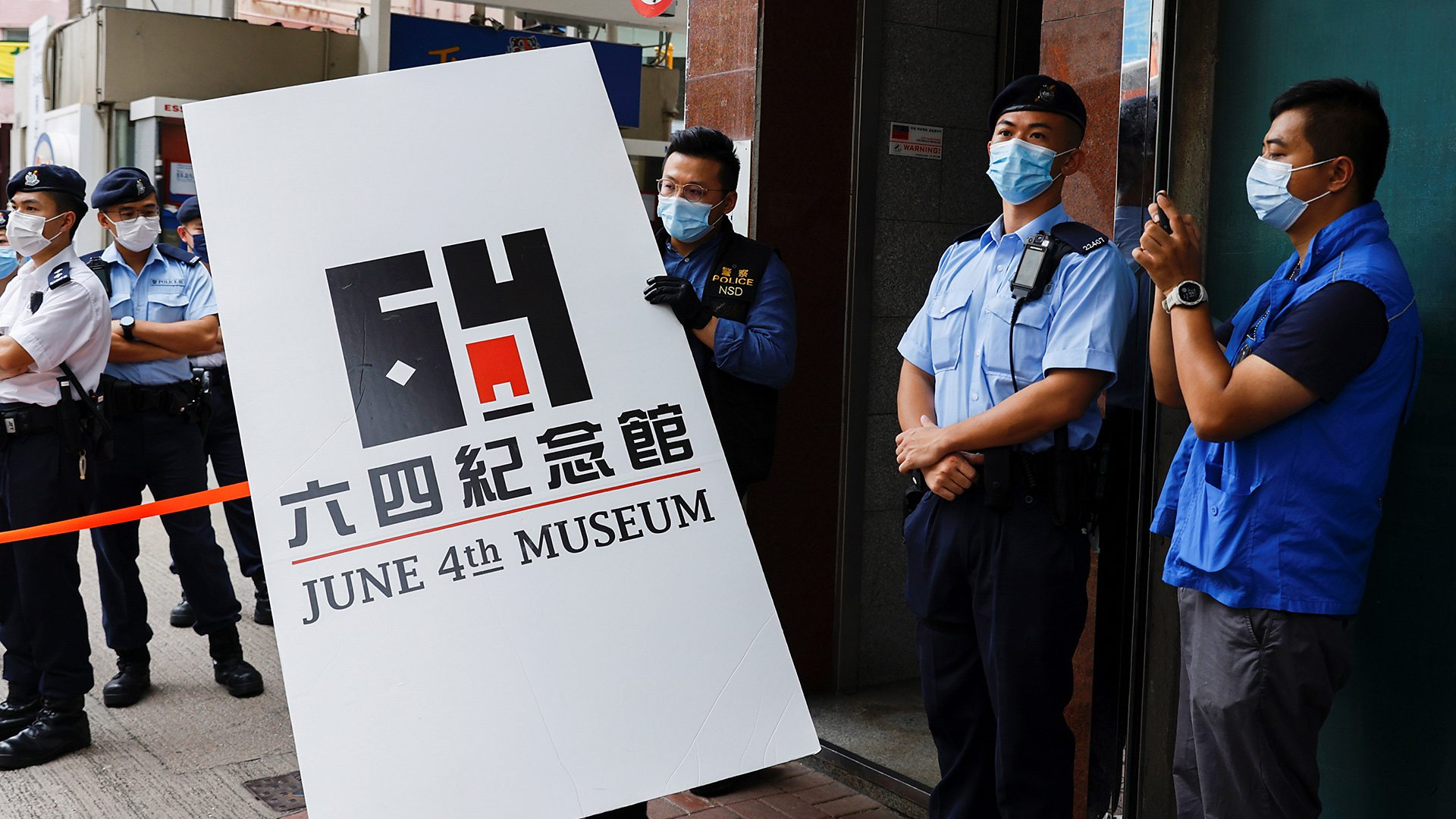 香港國安法:警方搜查六四紀念館 帶走大量「證物」包括六四歷史照