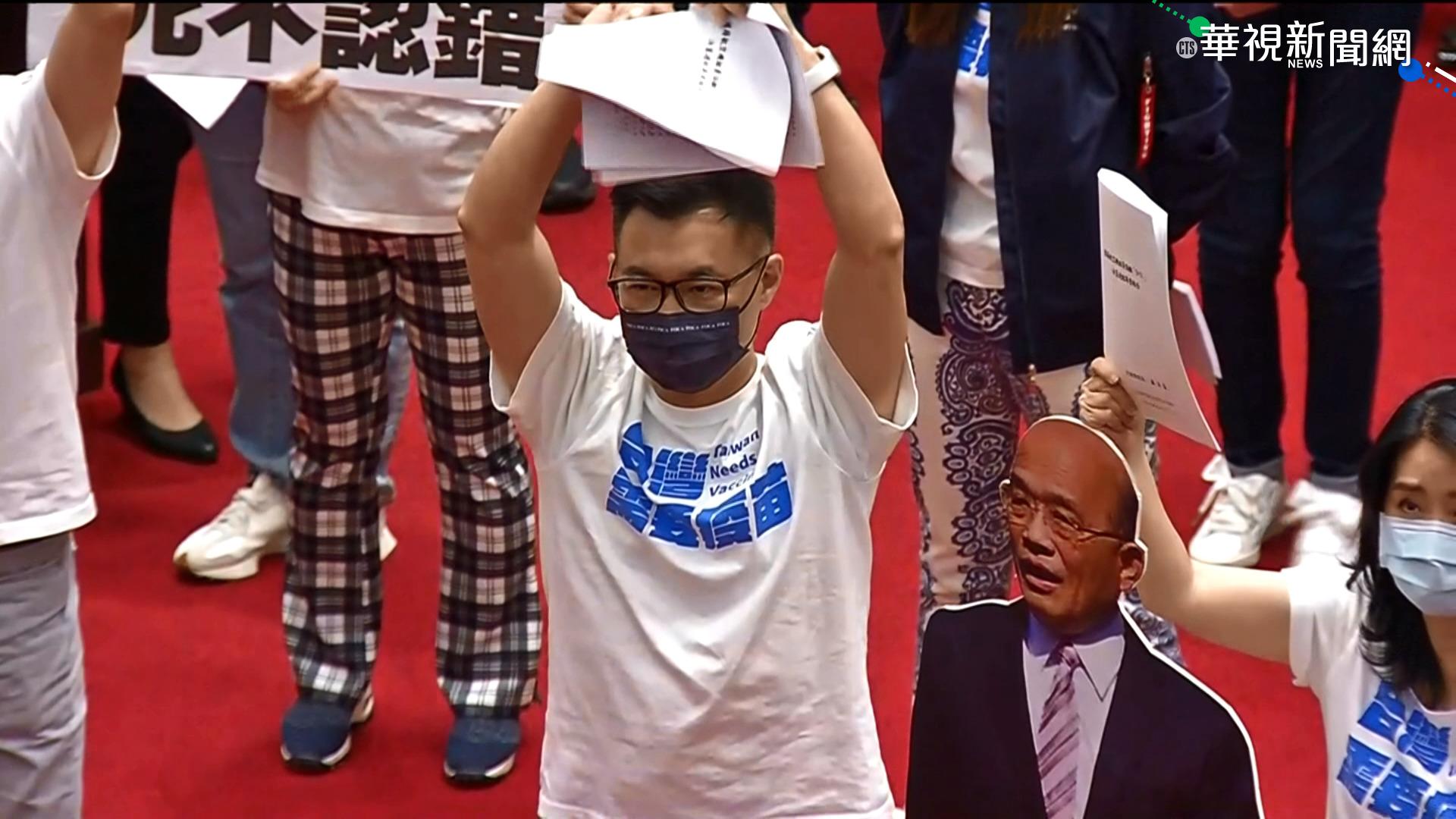 """不滿行政院""""3+11""""報告 藍委怒撕毀"""