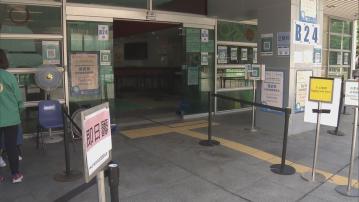疫苗接種即日籌擴至所有合資格人士 官涌中心外工作人員向路人介紹安排