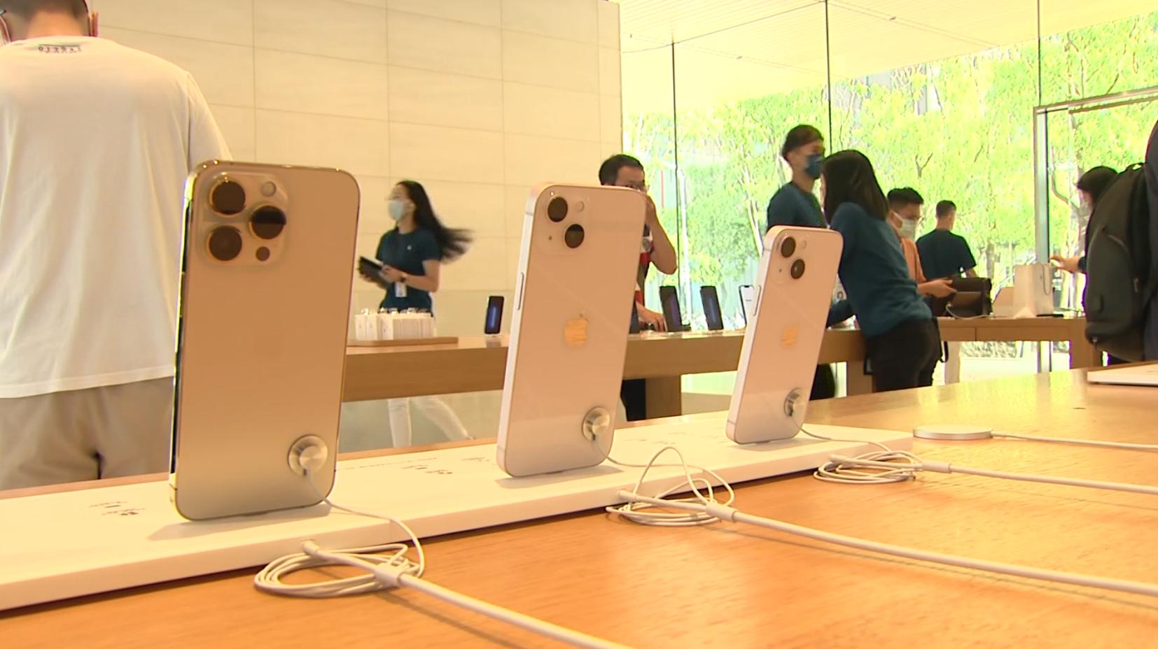 iPhone13正式開賣! 果粉「排一夜」搶頭香 拿新機急開箱