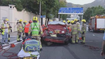 九龍塘兩車相撞的士 兩人一度被困