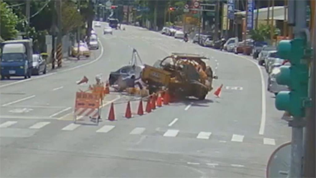 駕駛疑恍神 直撞台電工程車再撞路邊轎車