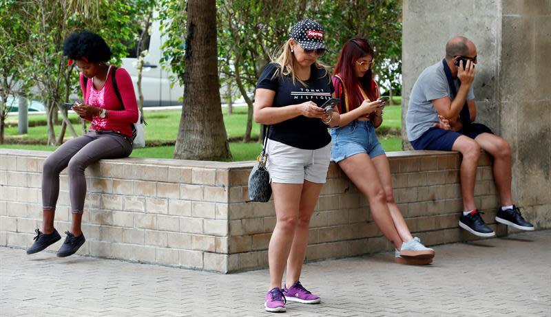Varias personas navegan en internet con sus celulares en La Habana (Cuba). EFE