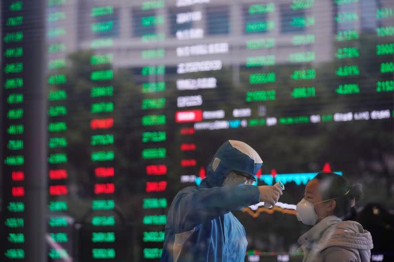 Borsa Shnaghai cede terreno in linea con altri mercati su incertezza virus