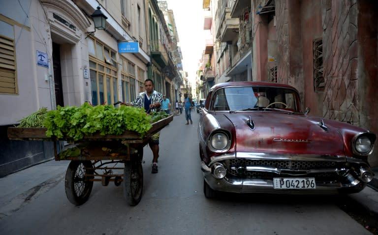 Un vendedor de frutas y vegetales en una calle de La Habana, el 29 de noviembre de 2018