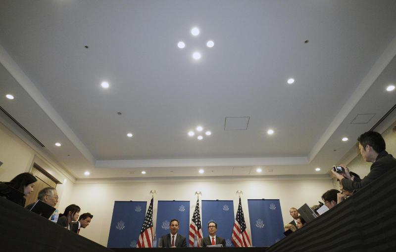 El secretario del Tesoro de Estados Unidos, Steven Mnuchin (centro derecha), habla con reporteros en la sede de la cumbre de los ministros de Finanzas del G20 y gobernadores de Bancos Centrales, el 8 de junio de 2019, en Fukuoka, Japón. (AP Foto/Eugene Hoshiko)