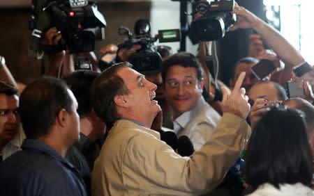 """Bolsonaro dice presidencia de Brasil está """"al alcance"""", busca evitar deslices finales"""