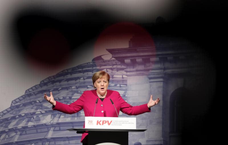 Merkel pide a los ayuntamientos apoyar la automoción eléctrica contra la polución