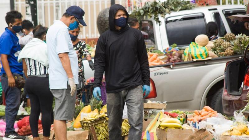 Mercado callejero en Guayaquil, Ecuador