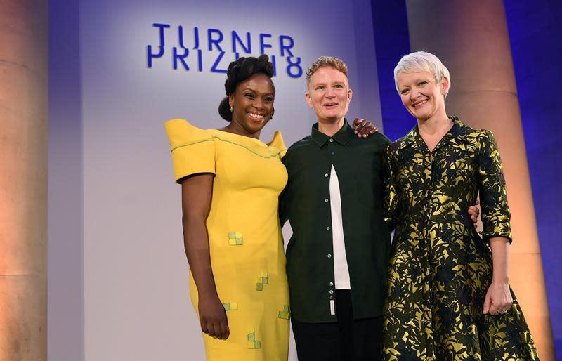 La artista británica, Charlotte Prodger, posa con la autora Chimamanda, Ngozi Adichie (i), de Nigeria y la directora de los museos y galerías de arte Tate, Maria Balshaw (d), tras  ser anunciada como la ganadora del Premio Turner 2018, en el Tate Britain en Londres (Reino Unido). El Premio Turner busca reconocer, desde 1984, a los mejores artistas británicos menores de 50 años. EFE