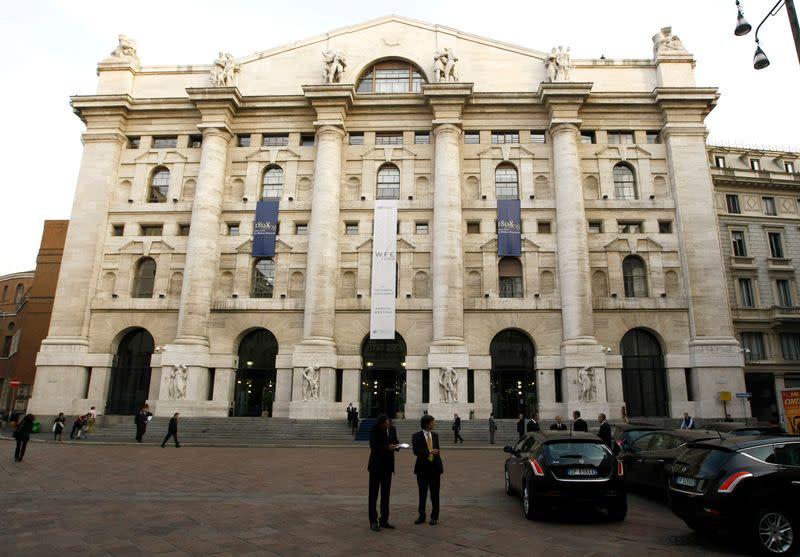 Borsa Milano incerta, denaro su banche, corre Mps, giù Atlantia