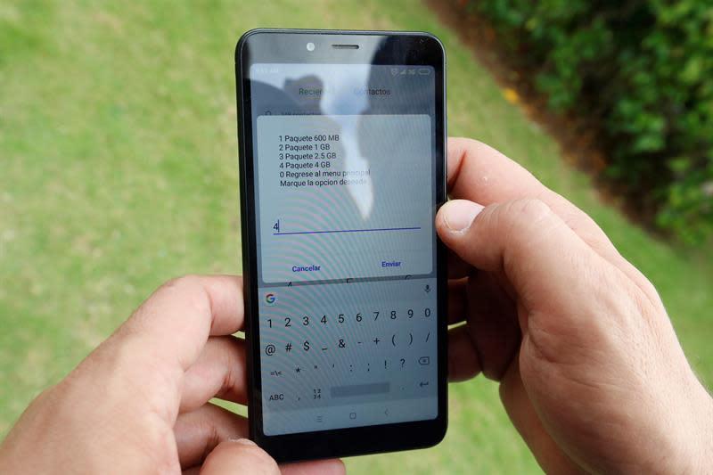 Un hombre revisa los diferentes planes de conexión de datos en su celular en La Habana (Cuba). EFE