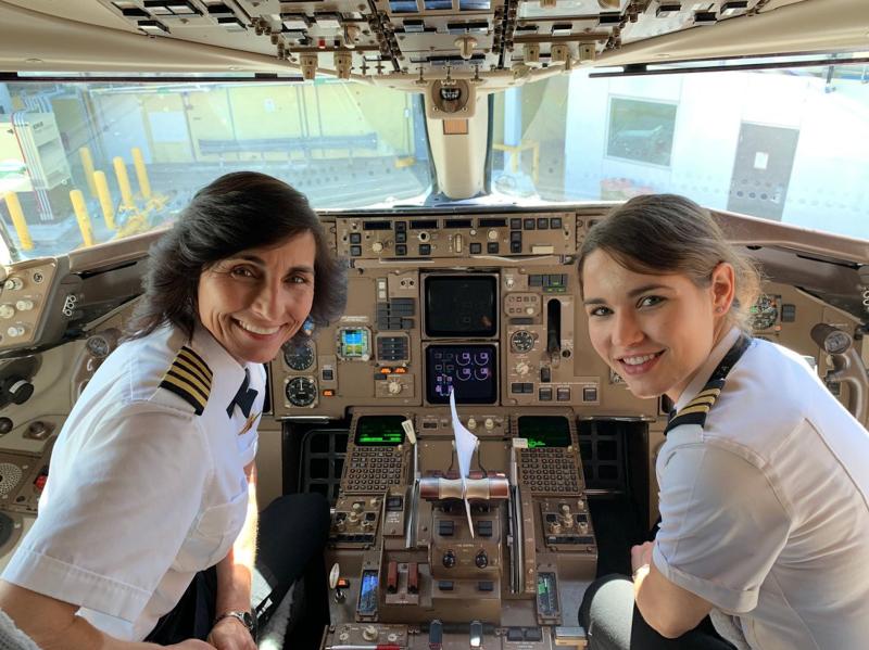El mensaje inspirador en una foto viral de madre e hija al mando de un avión comercial