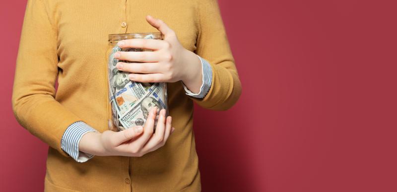 Los estadounidenses están ahorrando a unas tasas históricamente altas por el miedo a perder su trabajo y a cómo la crisis que ha provocado el coronavirus les puede afectar. Foto: Getty Images.
